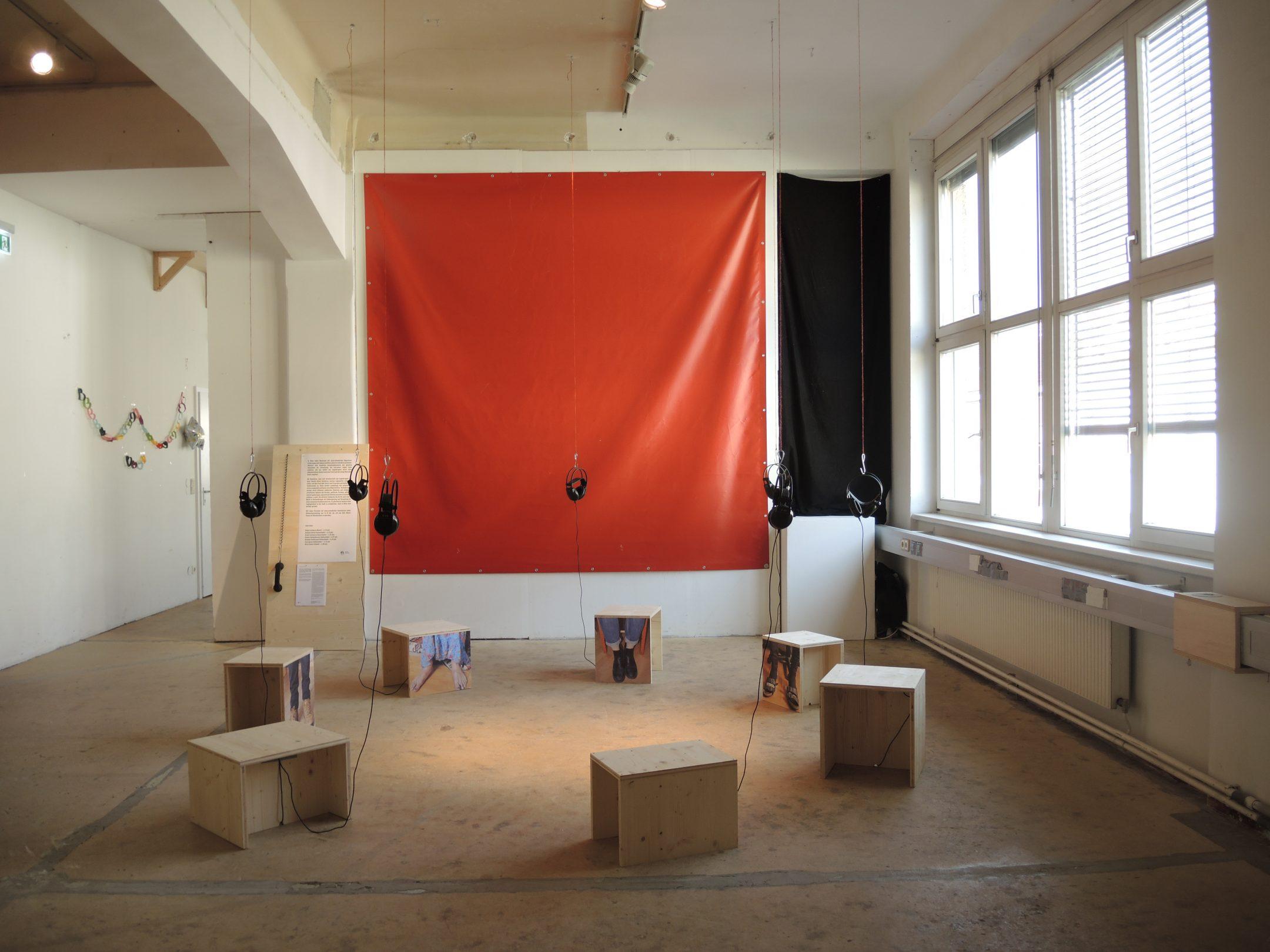 """Die Installation in der Ausstellung """"Haben & Brauchen in Wien"""" im Künstlerhaus 1050 (Warum bist du Wiener*in? – Kollektiv Raumstation)"""