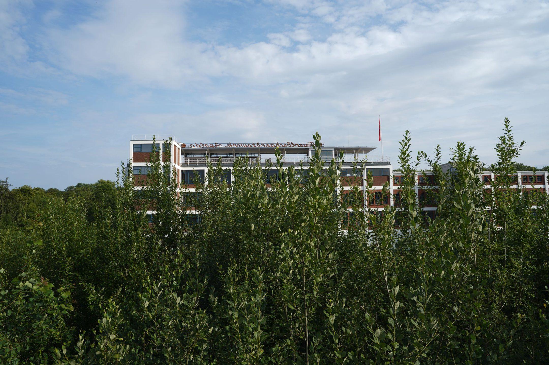 Das Industriedenkmal Eiermannbau steht am Ortsrand Apoldas, nicht unweit des Bahnhofs. (Apolda Voraus! | Forschungsreise im Hotel Egon – Kollektiv Raumstation)